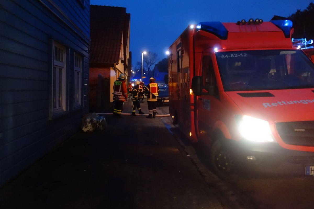 Mann in verrauchter Wohnung: Feuerwehr rettet über Drehleiter